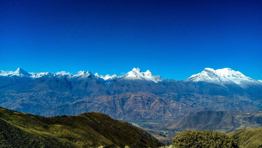 Vista de la Cordillera Blanca con los Nevados Huascaran, Huandoy y Alpamayo