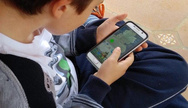 Niño usando un celular